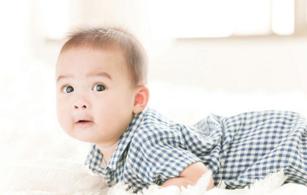Cara melakukan Tummy time pada bayi